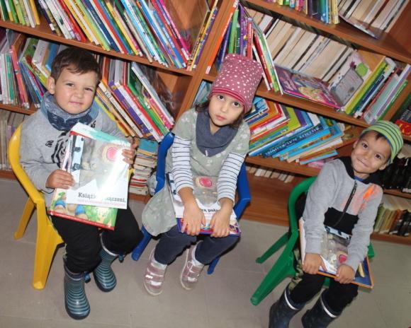 Mała książka, wielki człowiek w bibliotece w Dzierżąznej
